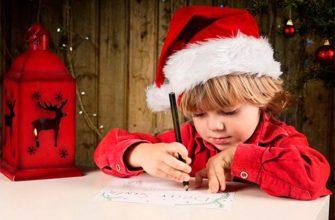 l'enfant attend un cadeau pour la nouvelle année