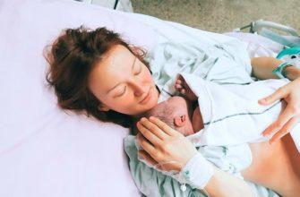 mère avec bébé après l'accouchement
