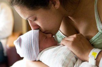 mère avec bébé à la maternité