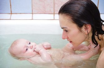 nage conjointe avec le bébé