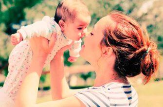 maman avec un bébé dans ses bras