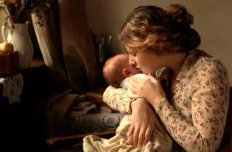 maman berce le bébé