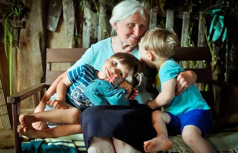 grand-mère heureuse avec petits-enfants